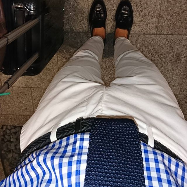 2017/07/14 23:03:55 i__am__yoshi . . . 飲み会後に大阪まで行って夜行バスで帰省する予定が電車に乗る前の数秒トイレに行っただけでバスの出発時間に間に合わず今日は断念………… . . 仕方なく明日の朝、新幹線で帰ることにしたものの、バスの価格にプラス8000円かかるということでメンタルがやられている😞  #コーデ #今日のコーデ #今日の靴 #白パン #白パンツ #ローファー #タッセルローファー #ギンガムチェック #ギンガムチェックシャツ #ニットタイ #オールデン #コードバン#ユニクロ #スーツセレクト#足元 #足元倶楽部 #alden #uniqlo #suitselect