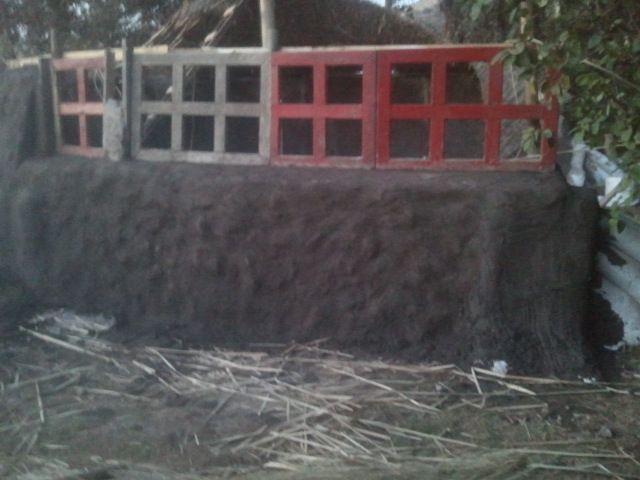 Instalando las ventanas recicladas, terminando el muro interior del #Quincho, #mástil porta techumbre 003