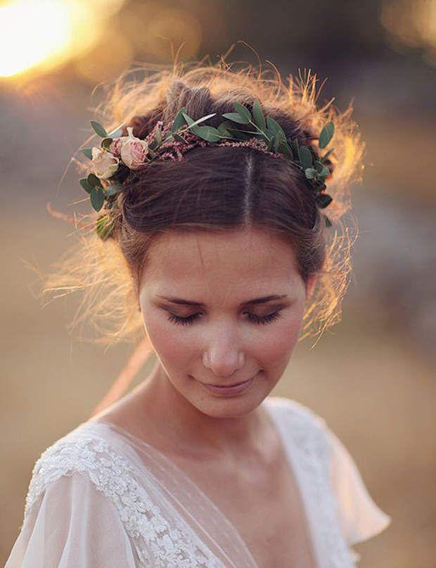 Un couronne de fleurs et une paupière marron Attachés en chignon, les cheveux sont sublimés par un joli headband fleuri.