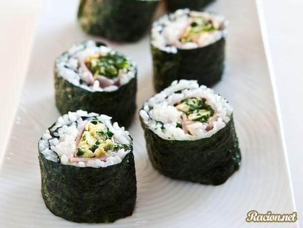 Рецепт Суши с ветчиной и омлетом со шпинатом. Приготовление   блюда