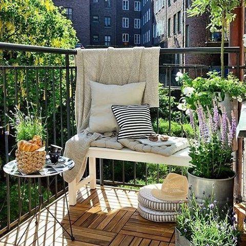 Bom dia! Nossa inspiração para esse domingo vem deste charmoso terraço nova-iorquino. #revistacasaclaudia #decor #decoration #decoracao #terraço #sacada #varanda #casa #house #homedecor
