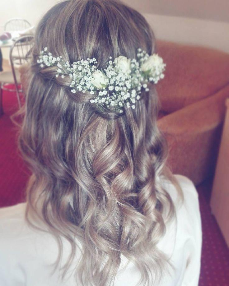 """Marta powie dziś """"TAK"""" w takim uczesaniu  Uwielbiam kiedy panny młode decydują się na romantyczny nieład na głowie  lekko zwiewnie naturalnie... W połączeniu z gipsówką i kilkoma mini-różyczkami - strzał w 10!  #weddinghair #romantic #boho #bride #wedding #hairstyle #hairart #lovehair #ilovemyjob #hairstylist #hairstylistlife"""