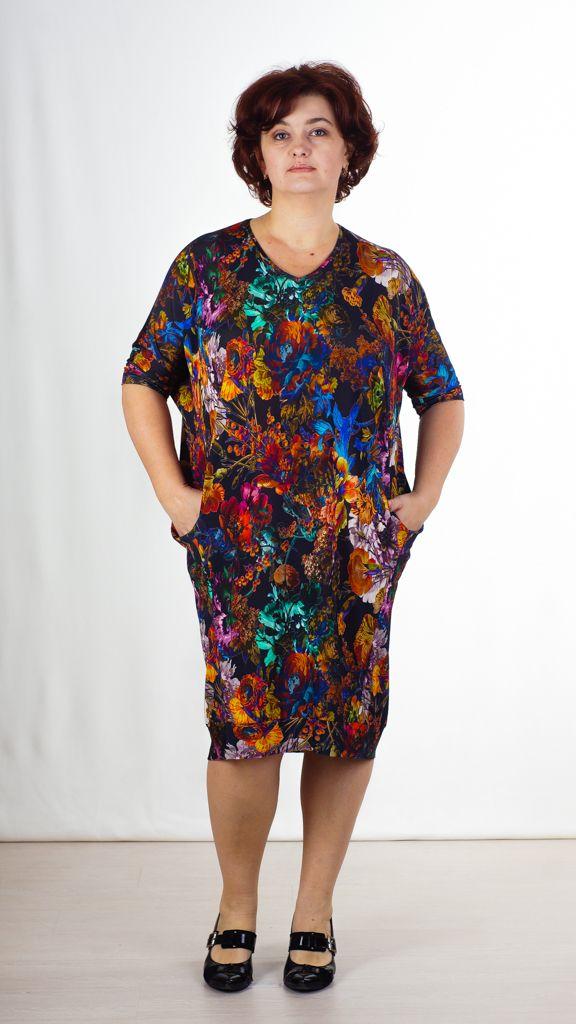 Модное элегантное платье, прямого покроя с рукавом кимоно 3/4–ти, с V-образным вырезом, и большими карманами в рельефах по переду изделия. Модель украшает – интересный цветочный принт. Уникально - удобная модель, подчеркивающая достоинства фигуры.