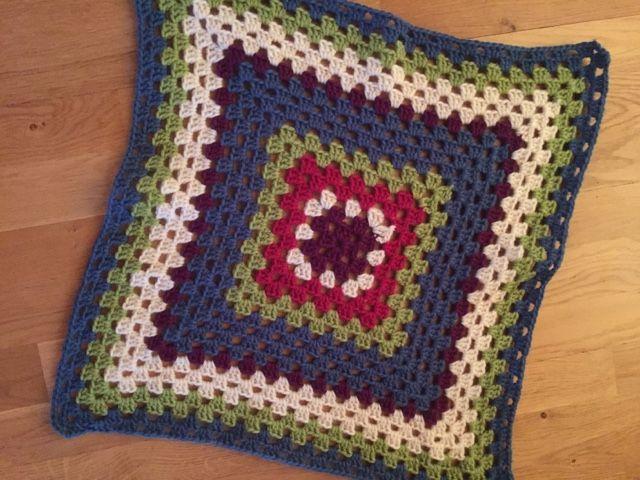 Heklenål: 4,5   Garn: wool worsted - http://trel.mamutweb.com/Shop/List/Wool-Worsted/531/1    Legg opp 5-6 lm - fest sammen til en ring. ...