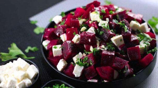 Салат из свеклы с фетой Тяжело представить, но отварная свекла может стать основным ингредиентом для салата из средиземноморской кухни.    Добавьте немного оливкового масла, пряности, зелень и сыр — пикантный свекольный салат готов!     Классический рецепт салата из свеклы Традиционным сч