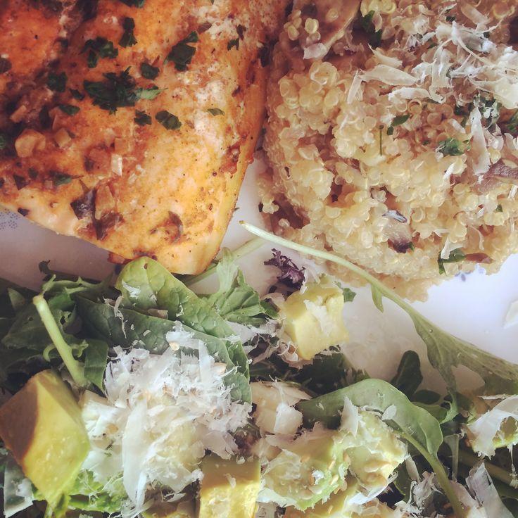Quinua con champiñones y salmón al ajillo