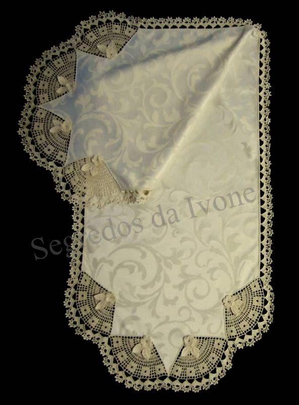 CM55 - Confecção de caminho de mesa em tecido adamascado, com crochet.