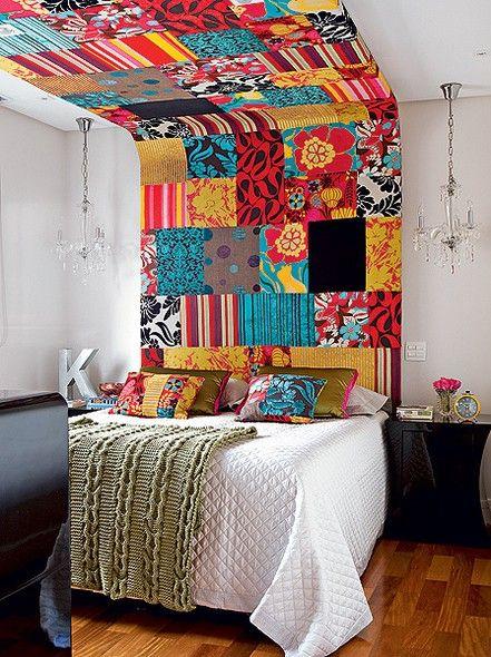 PATCHWORK As designers de interiores Maria Fernanda Corrêa e Fernanda Coifman fizeram uma cabeceira colorida que utrapassa o limite da parede e invade o teto em cima da cama. Feita de gesso, a peça é revestida de patchwork com vários tecidos estampados – jacquard, linho e veludo