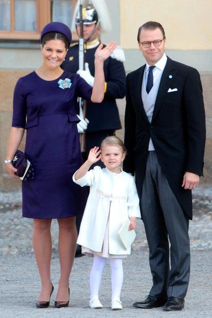Prinz Nicolas von Schweden: Prinzessin Victoria, Prinzessin Estelle und Prinz Daniel winken fröhlich in die Kameras.