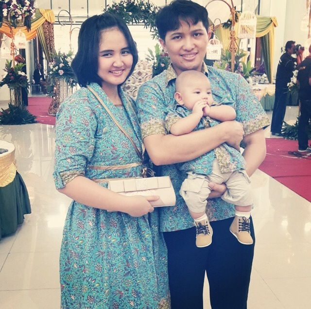 Dengan couple dress keluarga batik medelline follow instagram : @butikbatikzoela