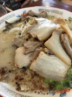 鹿児島に帰省したら必ず食べておきたいのが鹿児島ラーメン今回もザボンラーメンです 仲間内だけの時はがっつりニンニクを入れてしっかりかき混ぜて食べると美味しいですね 与次郎が本店で駐車場もタップリありますが鹿児島中央駅にもアミュプラザの地下と駅構内にあるのでぜひ一回食べてみてね tags[鹿児島県]