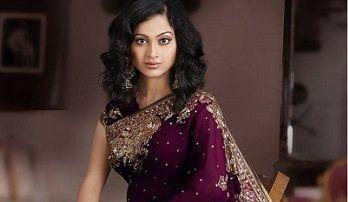 Aprecie a elegância e refinamento deste tradicional traje indiano, o sari.