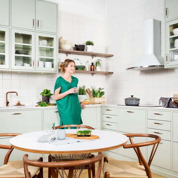 Landlig, eksklusivt kjøkken i lindblomstgrønt, Bistro. Leter du etter landlige kjøkken med en plassbygd følelse? Da har du valgt riktig. Bistro er en slett kjøkkendør med noe avrundet kant. Til kjøkkenet hører det med distanser mellom skrogene samt en utenpåliggende sokkel – slik får du den plassbygde følelsen.Bistro lindblomstgrønn | Drømmekjøkkenet