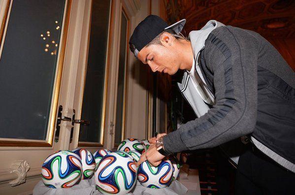 Cristiano Ronaldo firma unos balones
