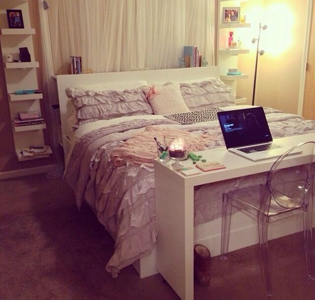 I like how the desk sits simply at the foot of the bed instead of somewhere else in the room where it would be taking up extra wall space. This is very minimalistic but pretty.
