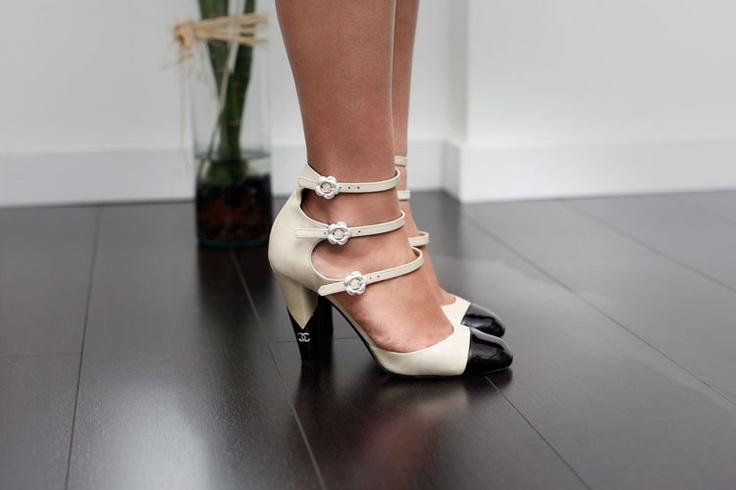 Catalina Zuluaga: cómo romper los moldes y verse diferente para un matrimonio _ Zapatos negro y crema de Chanel: el modernismo sofisticado y atemporal.