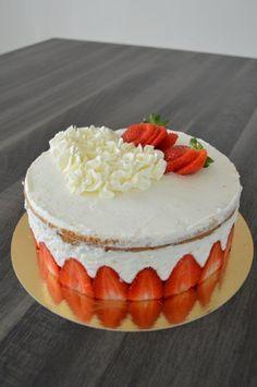 """Ce fraisier est juste une bombe ! Qu'en dire de plus ?!!!! J'ai déjà tenté le fraisier """"classique"""" une première fois avec la recette de Mercotte. je les avais fait en individuel et ils étaient superbe pour première ! J'avais utilisé cette fois là, la..."""