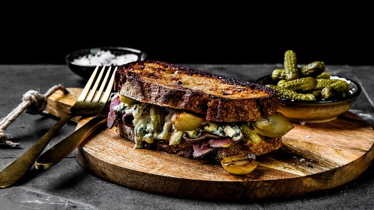 Ostesmørbrød med roastbiff og blåmuggost
