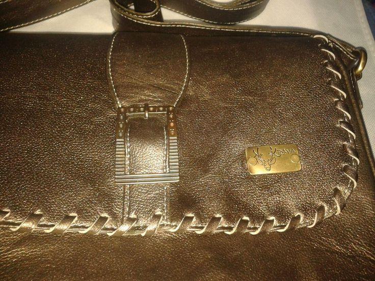 Bolso en cuero, linea ágil, detalle manual. en color bronce.