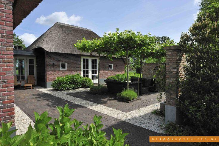 Tuin idee De Rooy Hoveniers landelijke tuin boerderij tuin bestrating dakbomen terras Dussen
