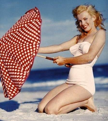 Moda anni '50, il costume da bagno indossato da Marilyn Monroe - Marilyn Monroe con un costume da bagno tipicamente anni '50.