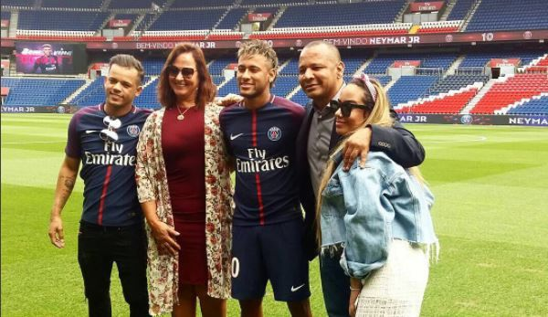 Ini Alasan Neymar Absen Pada Pertandingan Pertama PSG https://malangtoday.net/wp-content/uploads/2017/08/Neymar-PSG@Instagram.jpg MALANGTODAY.NET-Pemain termahal dunia Neymar akan dijamu pada acara penyambutan di stadion Paris St Germain pada Sabtu (5/8). Neymar absen pada pertandingan pembukaan Liga Prancis setelah transfernya tidak terdaftar tepat waktu.  PSG melipatgandakan rekor transfer dunia pada pekan ini ketika... https://malangtoday.net/malang-raya/neymar-absen-per
