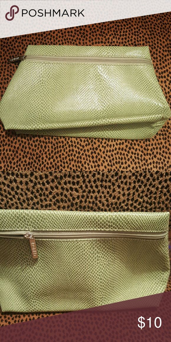 Clinique make up case Clinique make up case in a beautiful green color. Clinique Bags Cosmetic Bags & Cases