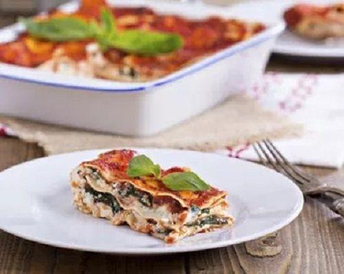 Lasagna din tofu și spanac     Ingrediente:  1/2 cutie cu foi de lasagna  300 g spanac  200 tofu  1 cutie cu roșii în suc propriu  50 ml lapte vegetal (orez soia migdale)  1 cățel de usturoi  zeama de la jumătate de lămaie  10 frunze de busuioc  sare  piper    Metoda de preparare:   Puneți tofu într-un blender impreună cu zahărul laptele usturoiul zeama de lămaie frunzele de busuioc și sare după gust și mixați de câteva ori. Pasați roșiile cu tot cu suc și potriviți gustul de sare și piper…