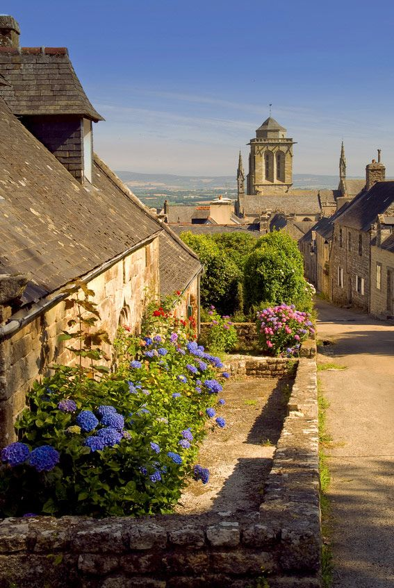 Une rue du centre historique de Locronan, Finistère, Bretagne. De très belles maisons de type Renaissance à découvrir, ainsi que plusieurs églises et chapelles.