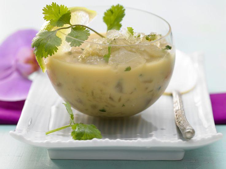Die Suppe lockt mit asiatischen Aromen! Kalte Thai-Suppe - mit würzigen Eisstückchen - smarter - Kalorien: 105 Kcal - Zeit: 1 Std.  | eatsmarter.de