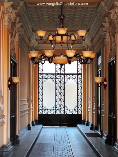 firma Vangelis Chandeliers www.VangelisChandeliers.com Przykład klasycznej elegancji to lampa Alexandros. W pięknie odlanych mosiądzach i wyciosanych alabastrowych kielichach dostrzec można renesansowe proporcje i smak. Specyfika materiału – najwyższej jakości alabastru – podkreśla klasyczny wygląd lampy Alexandros.