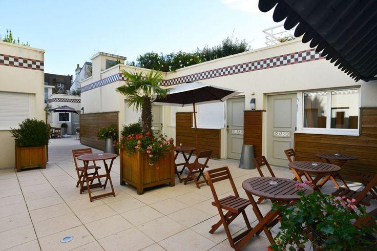 Terrasse de l'hôtel Almoria, 3 étoiles, à Deauville en Normandie.  Venez vous détendre au tour d'un verre !  Hôtel Almoria - Chambres confortables pour profitez de votre séjour à Deauville en Normandie.    #hotel #normandie #normandy #deauville #terrasse #bois #exterieur #confort #weekend #encouples #mer #borddemer #summer #ete
