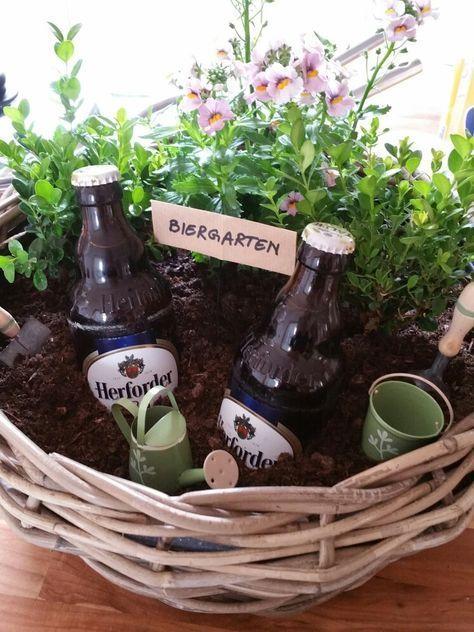Mini Biergarten, Geschenk für Männer,  Geschenke, schenken, verschenken, Blumen, Pflanze, Bier, Bierflaschen, Bierflasche, im Korb, mit Gießkanne und Eimer