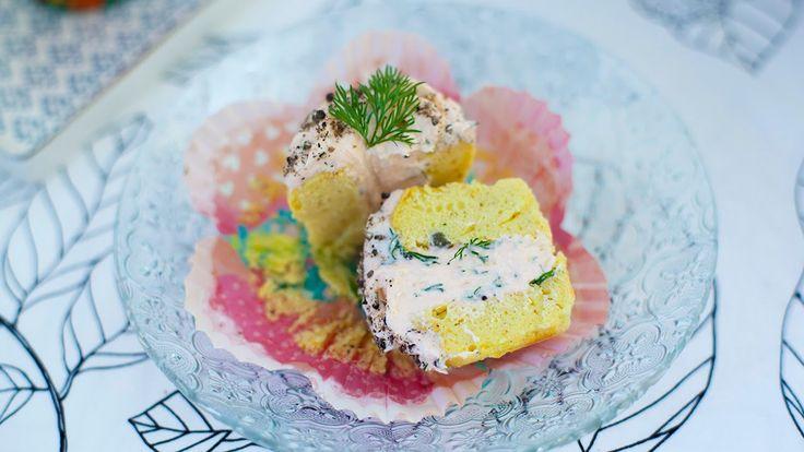 Закусочные маффины с муссом из копченого лосося