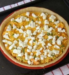 Ingrédients pour la garniture :  - 800 g de potimarron (soit 500g de chair, une fois épluché)  - 3 œufs entiers  - 100 g de feta  - 1 oignon  - 2 branches de persil  - 100 g de gruyère râpé  - 10 cl de crème fraîche liquide  - 3 c. à s. d'huile d'olive  - Sel  - Poivre  - Une pincée de noix de muscade râpée  - Une c. à c. de graines de carvi