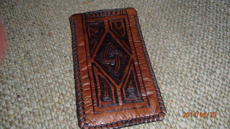 CONTEMPORARY Small, soft smartphone holder, totally contemporary, of course. The pattern is celtic-inspired.