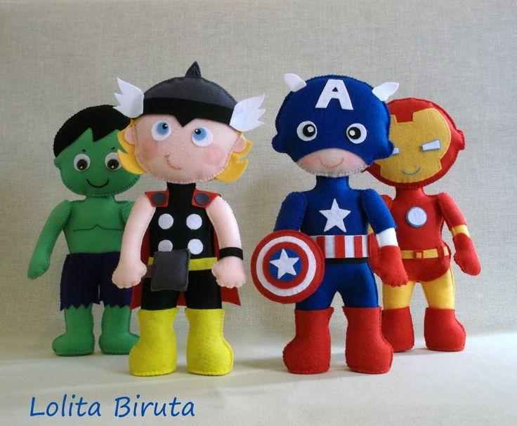 """Bonecos """" Os vingadores"""" versão infantil, confeccionados em feltro, enchimento com fibra siliconada e costurados 100% à mão. <br>Medida aproximada de cada boneco; 25 cm de altura <br>O Kit é composto por 4 personagens: Thor, Hulk, Capitão América e Homem de ferro. <br> <br> <br>O PREÇO REFERE-SE AO KIT COM 4 BONECOS."""