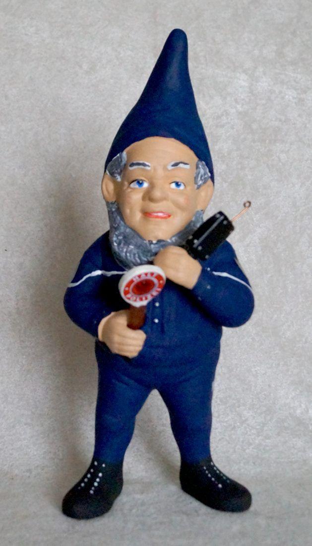 Recht und Ordnung lieben auch die Gartenzwerge - meistens. Darum wurde die neue Polizeiuniform auch bei der Polizei der Gartenzwerge eingeführt. Jetzt ist der Zwerg Chic bis ins Knick ! http://www.zwergen-power.com