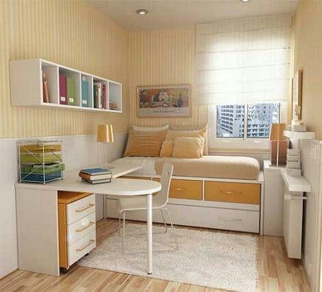 Stanza: Nella stanza è una lampada,diversi libri, un quadro, uno specchio, oltre a un letto, uno scaffale, una sedia, una scrivania, cassetti,toletta,una tenda de lla finestra, luci,cuscini e tappeti.