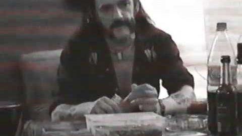 Skew Siskin veröffentlichten am Todestag von Motörhead-Frontmann Lemmy Kilmister ihm zu Ehren ein Video mit bisher ungezeigten Aufnahmen aus dem Monongo-Studio in Berlin, das den deutschen Rockern gehört. Die Band kommentiert: Lemmy verbrachte über die Jahre unzählige Stunden in unserem Studio. Viele Geschichten, viele musikalische Ideen, Witze und so weiter Dieser Clip wurde mit einer [ ]