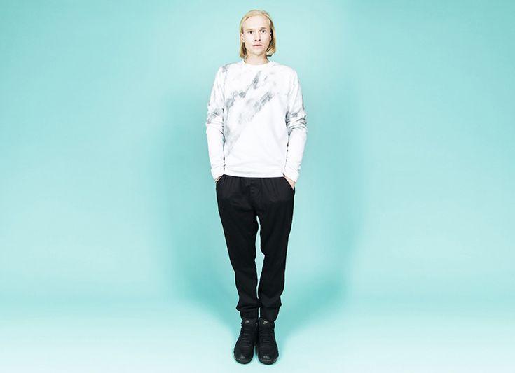 RVLT (Revolution) // bílá mikina se vzorem // white sweatshirt, black joggers  #rvlt #joggers #sweatshirt  http://www.urbag.cz/panske-obleceni-od-rvlt-podzim-zima-2014/