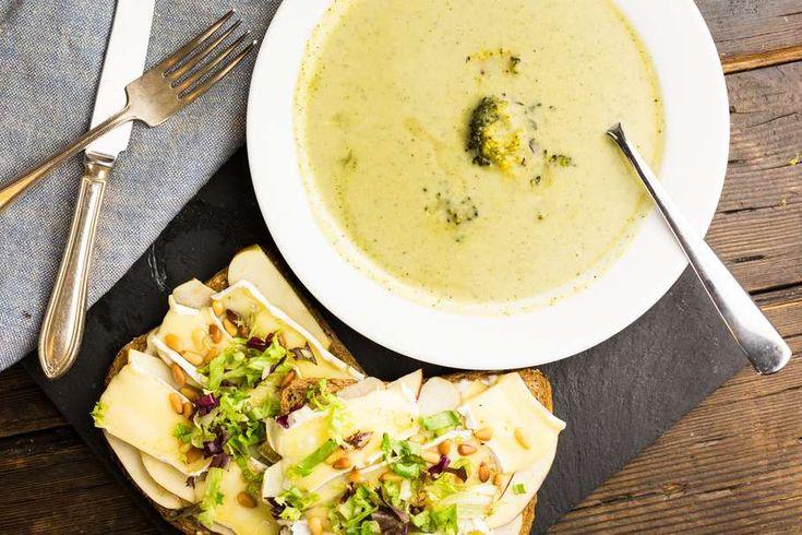 Koken met aanbiedingen: broccolisoep met appel-brie sandwiches