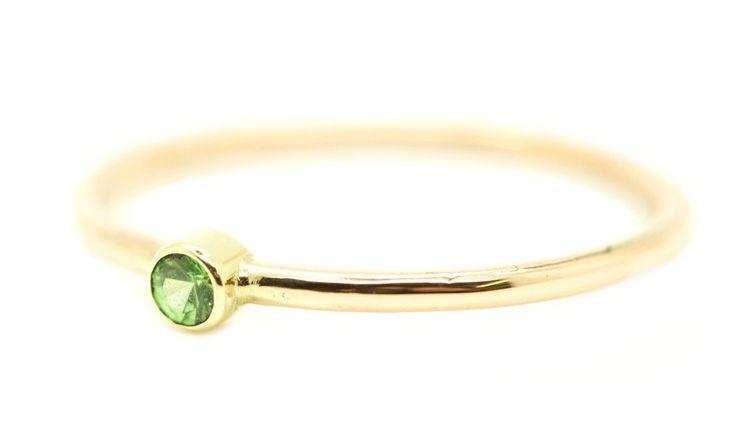 Handgemaakte en fairtrade fijne gehamerde gouden ring met groene fairtrade granaat uit Kenia