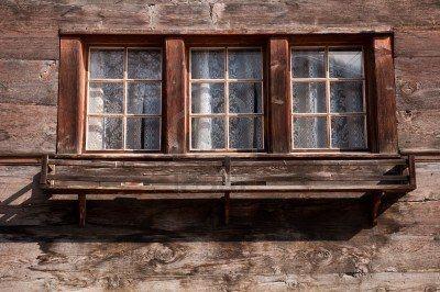 oude houten kozijnen van een zwitsers chalet