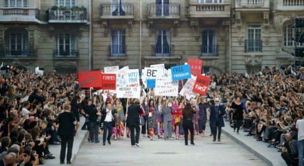 Lagerfeld presentó la colección Chanel como una manifestación callejera feminista