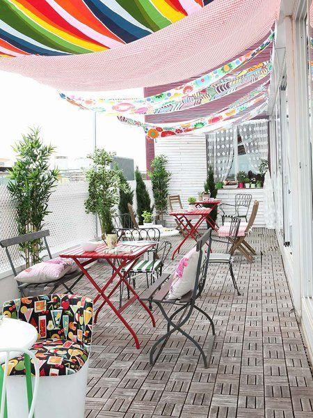 Terraza con toldos de colores