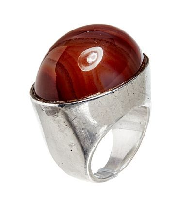 MARIANNE BERG ROTSUND 1935  Ring For Uni David-Andersen. Sølv. Fattet med en cabonchonslipt agat in gyldne toner.  Inventorstemplet. 1960-tallet. STØRRELSE 50