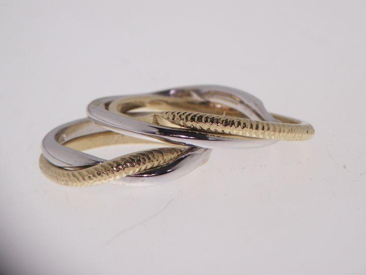Fedi connesse in oro giallo e bianco. Connected Wedding rings in yellow and white gold art. 28385, prezzo medio € 900 la coppia