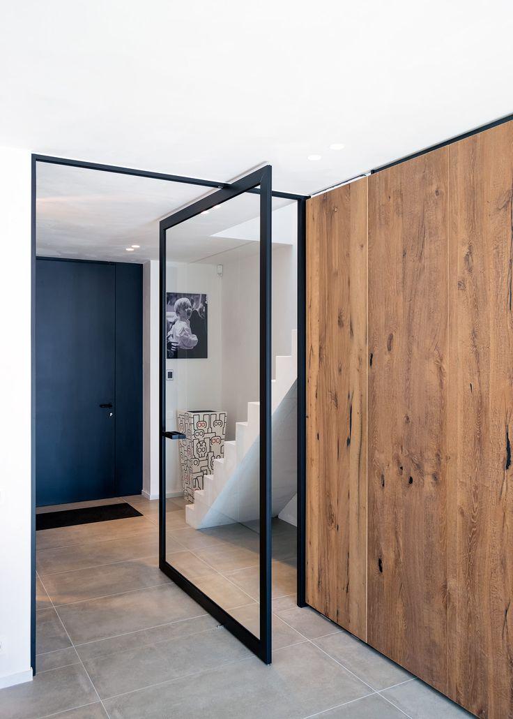 Steel look pivoterende deur met helder glas