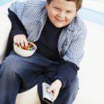 Obesità infantile: danni al fegato da cibo spazzatura e zuccheri raffinati